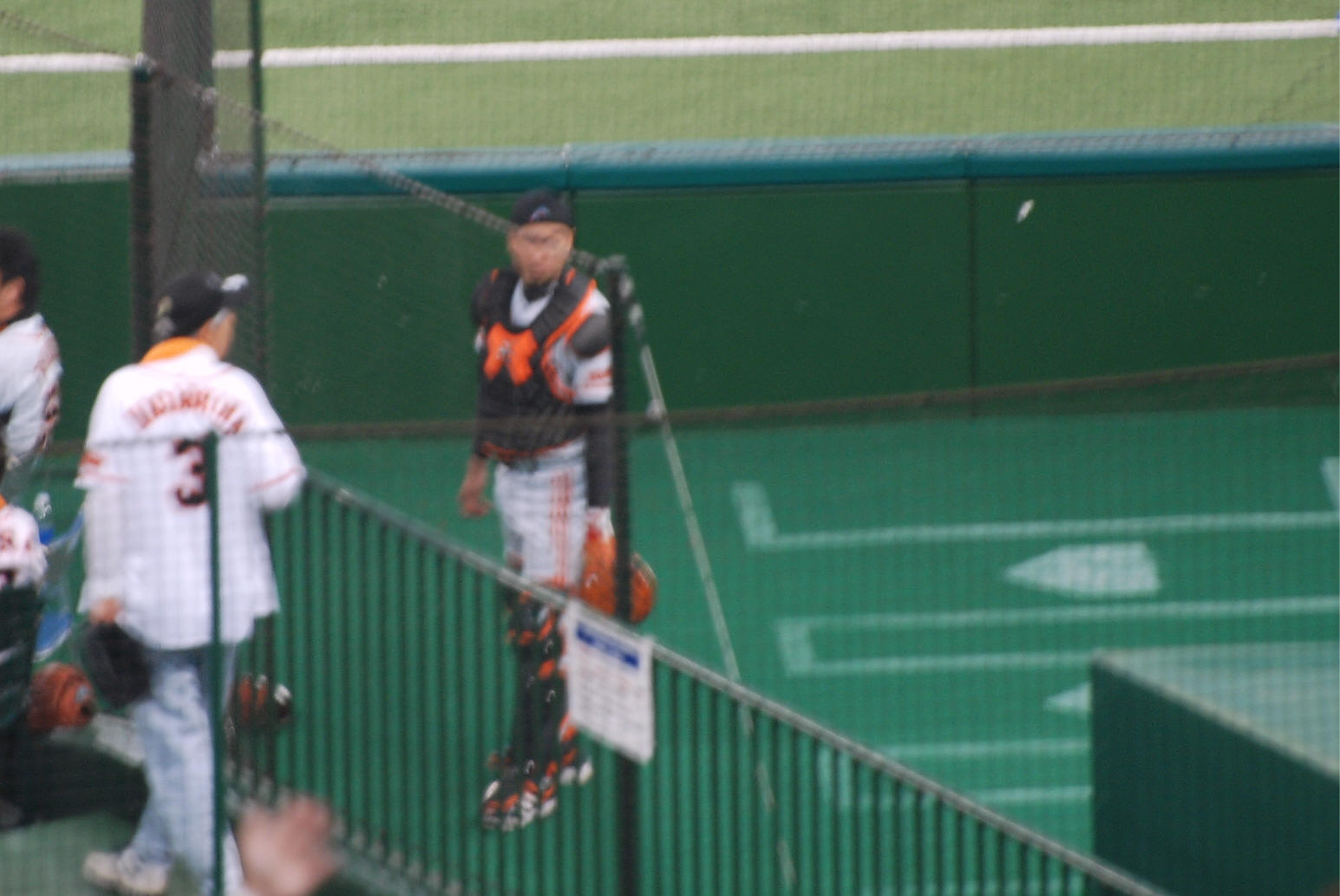 0052 (写真:ブルペンでイライラしているクルーンの様子を気にしてブルペン捕手... 初めて西